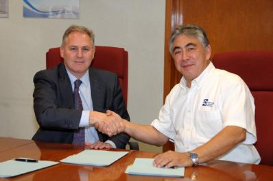En la foto tras firmar el acuerdo, José Javier Armendáriz (DG de CENER) y Julián Adame (Director Ejecutivo del IIE), en México
