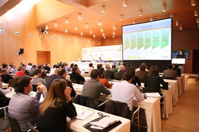 Los ponentes destacan las ventajas de establecer vínculos entre regantes y productores de renovables