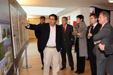 Florencio Manteca muestra los paneles de experiencia a las autoridades
