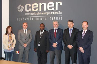 En la foto, de izda a dcha: María Ezcurra (Desarrollo Negocio CENER), José Javier Armendáriz (DG CENER), Mahama Kappiah (DG ECREEE), Fernando Sánchez (Director Técnico CENER), David Vilar (ECREEE), y Javier San Miguel (Desarrollo Negocio CENER).