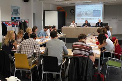 De izda a dcha en la mesa: Justin Wilkes (EWEA), José Javier Armendáriz (CENER) y Pablo Ayesa (CENER)