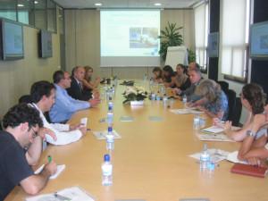 Consejero de Vivienda del Gobierno de Navarra, el Alcalde del Valle de Egüés y un grupo de periodistas